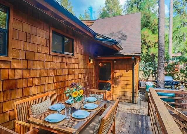 Cabin in the Woods 'Sky Rock Lodge' with Hot Tub, walk to town with a/c units, holiday rental in Idyllwild