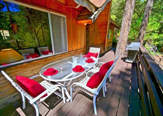 Vintage Cottage with enclosed Sunroom- walk to town (on the creek), holiday rental in Idyllwild
