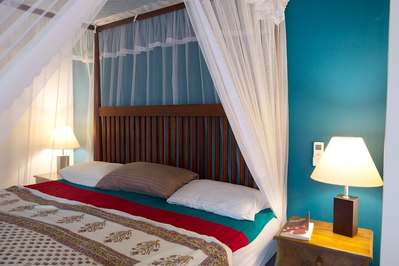 4 poster king size bed 180 x 200 cm with mosquito net