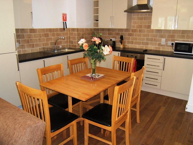 BOURNECOAST: WALK TO BEACHES - PET FRIENDLY - GROUND FLOOR APARTMENT - FM4034, Ferienwohnung in Bournemouth