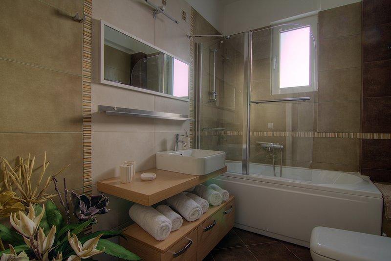 Badezimmer mit Badewanne und Glashütte!