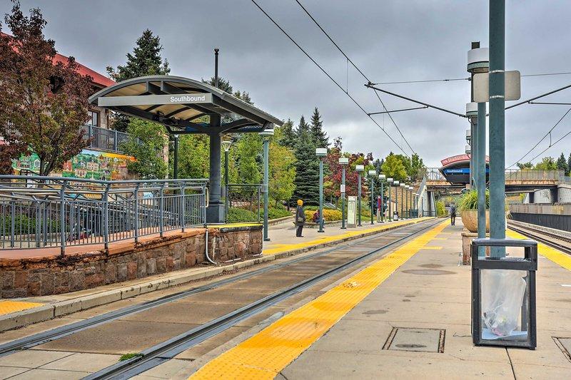 Inoltre a pochi passi si trova la stazione della metropolitana leggera che serve le parti di Denver.