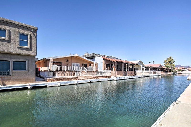 La maison dispose de 3 niveaux de patios parfaits pour les amateurs d'ombre et de soleil.