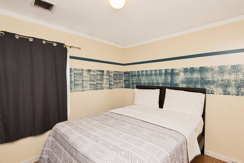 Private 'Broadway' Room 3mins to train to NYC, Shared Bathroom & Kitchen, vacation rental in Jersey City
