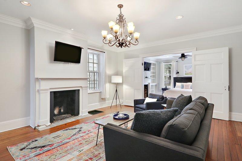 Salon avec cheminée et télévision à écran plat