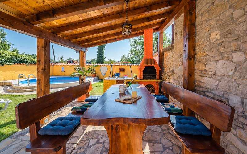 Cozy 2 bedroom family house with pool near the Sea, holiday rental in Pavicini