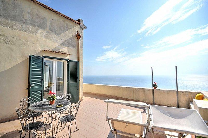 Amalfi Holiday Home Sleeps 4 with Air Con and WiFi - 5228595, holiday rental in Amalfi