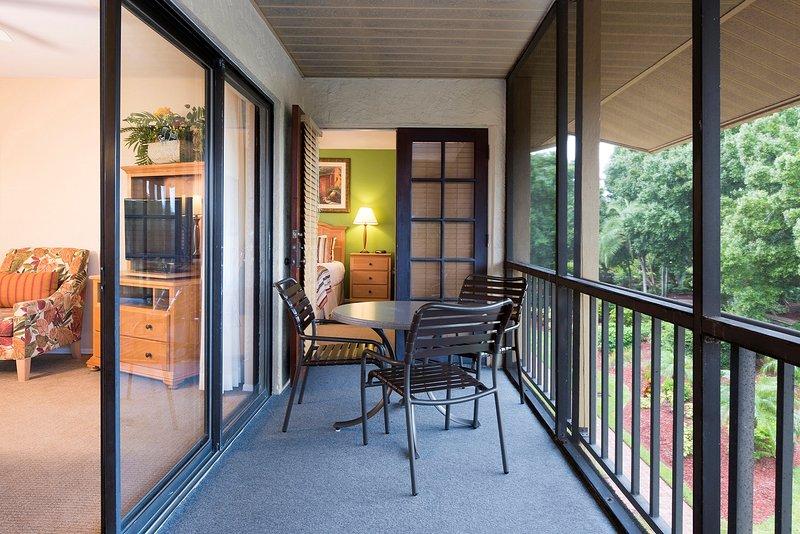 Siediti e goditi l'aria fresca sul tuo balcone privato.