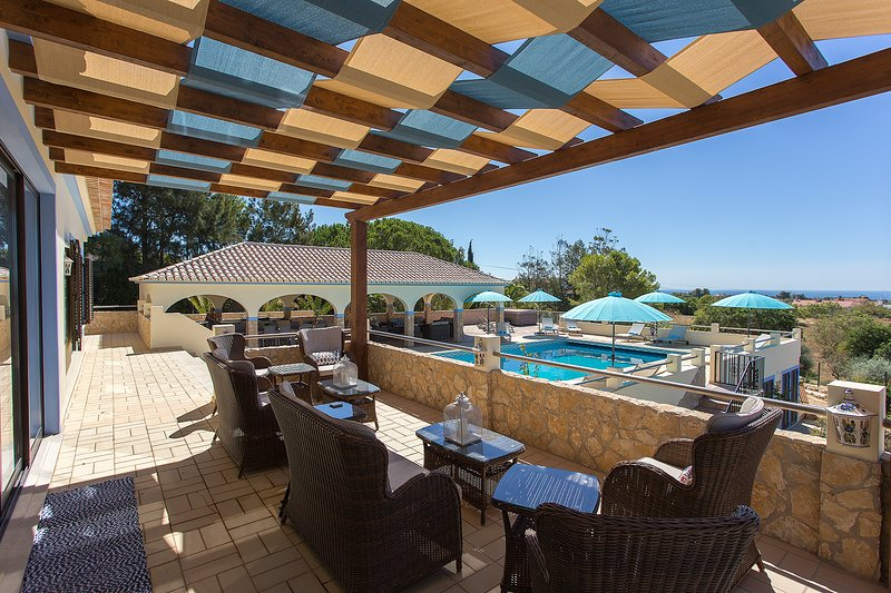 Quinta dos Loendros for 22 persons, holiday rental in Benagil