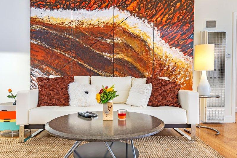 Salon avec grand canapé blanc