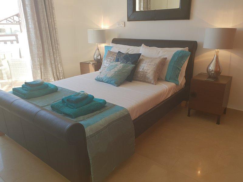 As imagens mostram um apartamento de alto padrão de 1 quarto localizado no Complexo Vanessa em Peyia.