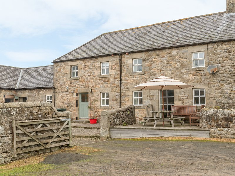 THE STABLES, pet friendly, country holiday cottage, with a garden in, holiday rental in Greenhaugh