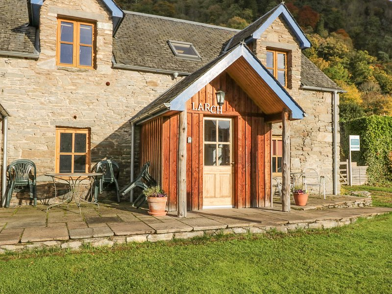 LARCH COTTAGE, pet-friendly cottage near walks, watersports, in Aberfeldy Ref, Ferienwohnung in Aberfeldy