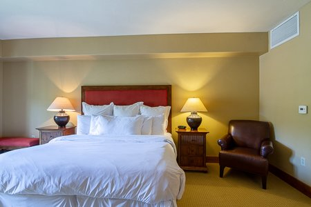 Lodge King Hotel Room 308 | Tamarack Resort, alquiler vacacional en Donnelly