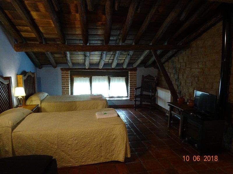 El Escudo de Calatrava habitacion hasta 4 pax, holiday rental in Sevilleja de la Jara