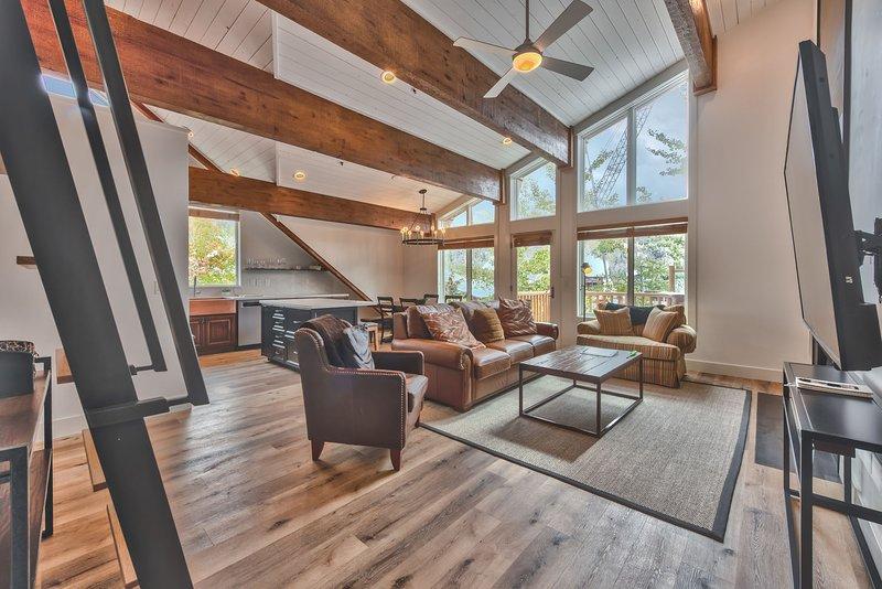 Salon, cuisine et salle à manger avec de beaux planchers de bois franc