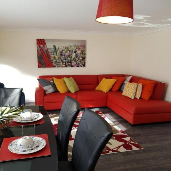 Brentwood Townhouse - Huku Kwetu, holiday rental in Harlington