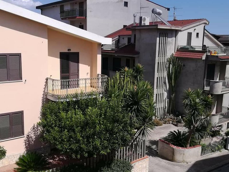 Spacious apartment near the beach, vakantiewoning in Stignano Mare