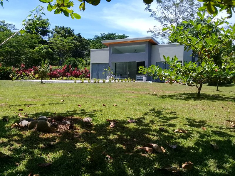 New Modern House (2) with private swimming pool, holiday rental in Cahuita