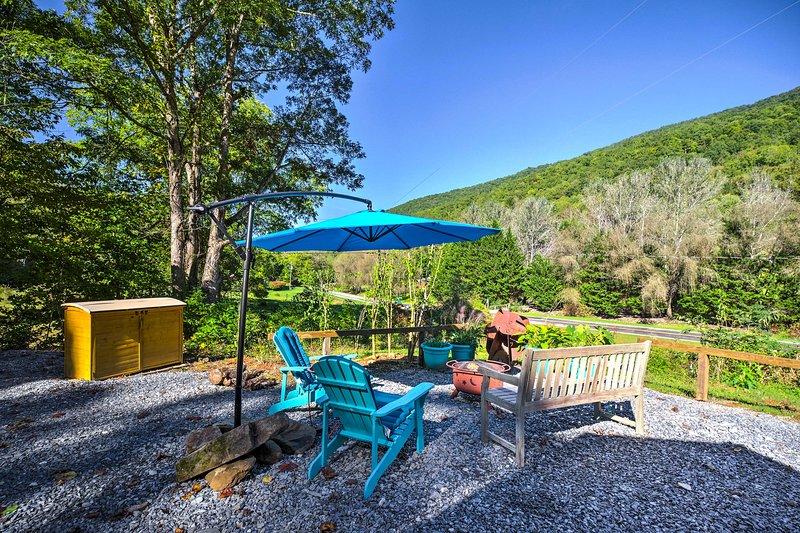 Robbinsville Cabin w/ Fire Pit - Mins to Tsali!, casa vacanza a Fontana Dam