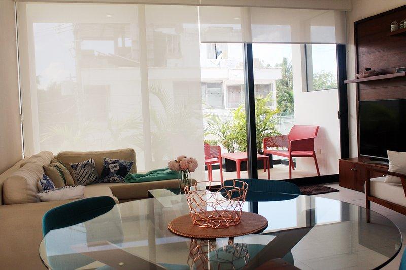 Sala de estar y balcón como se ve desde la cocina.