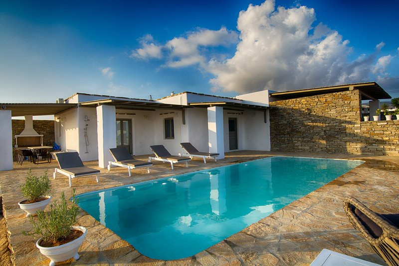 Luxury villa with private pool & fantastic view, holiday rental in Agios Georgios