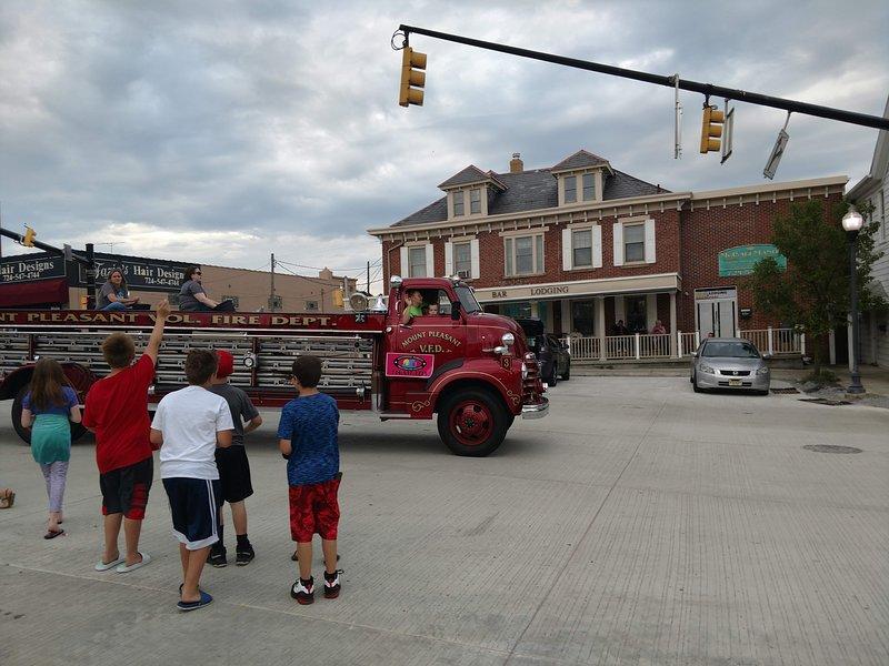 Mt Pleasant ama los desfiles! Esta toma tiene lugar en la plaza del pueblo y cuenta con nuestra mansión McCali