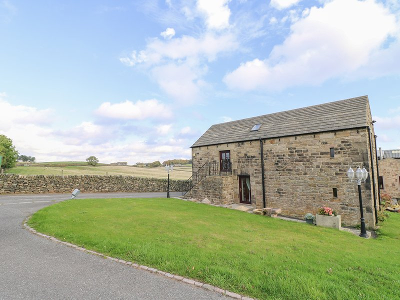 RIBER VIEW BARN, barn conversion, views, near Ashover, vacation rental in Kelstedge