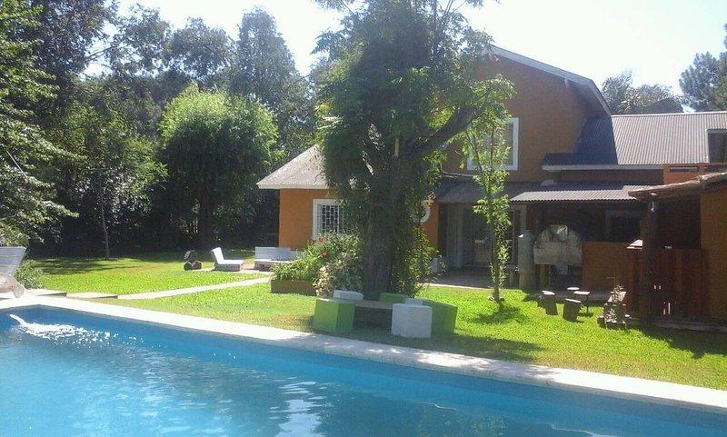Casa quinta en barrio privado para hasta 20 pasajeros, location de vacances à Campana