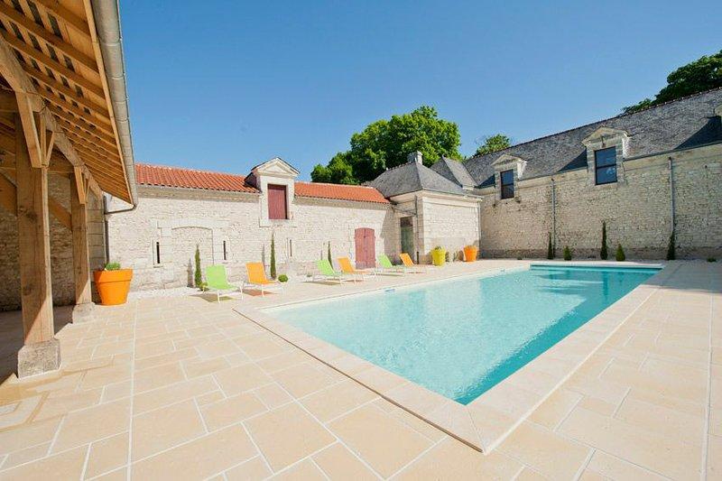 Razines Chateau Sleeps 14 with Pool - 5682461, location de vacances à Ingrandes