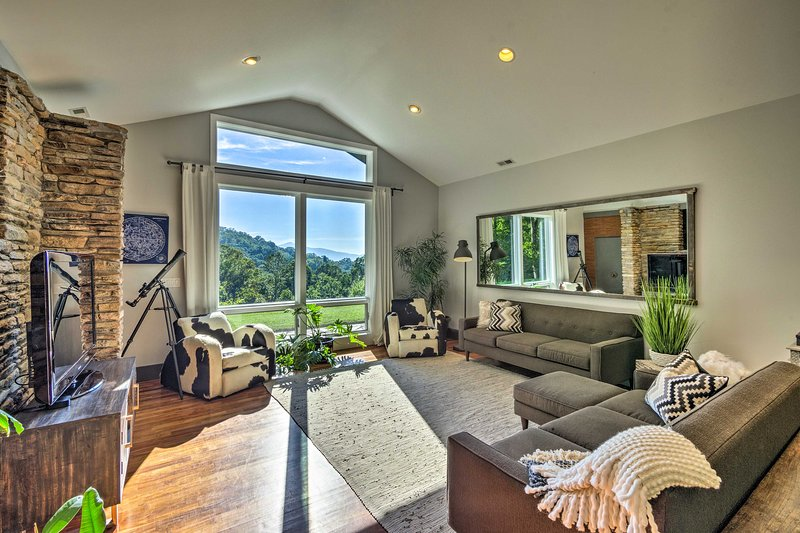 Luxury Lodge on 45 Acres; 9 Mi to Dtwn Asheville!, casa vacanza a Fairview