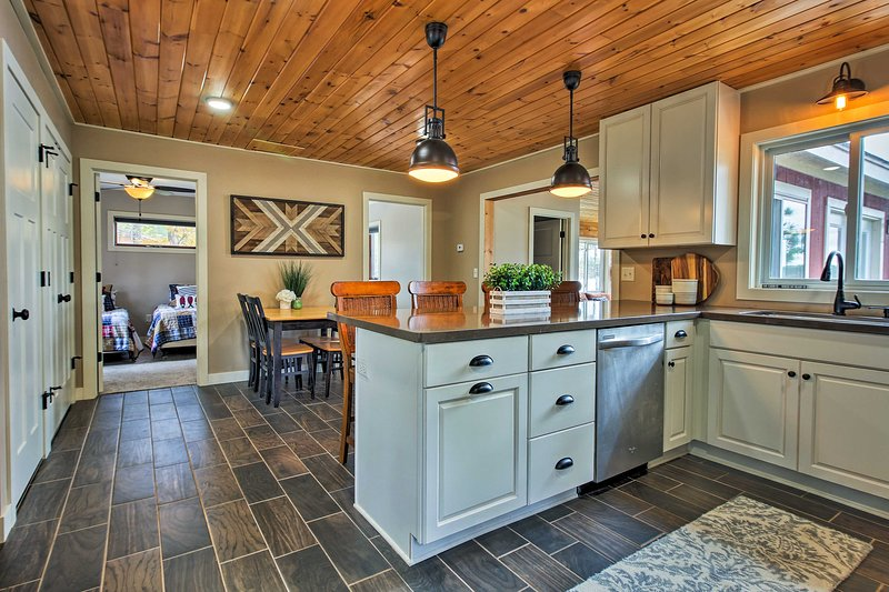 Lakefront Solon Springs Cabin w/Private Dock!, alquiler de vacaciones en Barnes