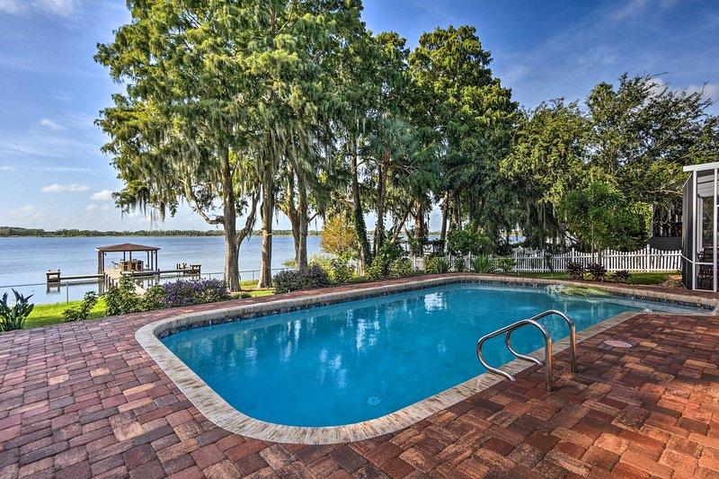 Cette piscine est encadrée par des arbres tropicaux et une vue imprenable sur le lac!