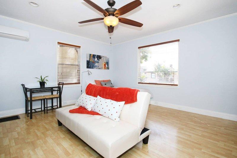 Läder soffan vikar i en futon säng för barn och små vuxna.