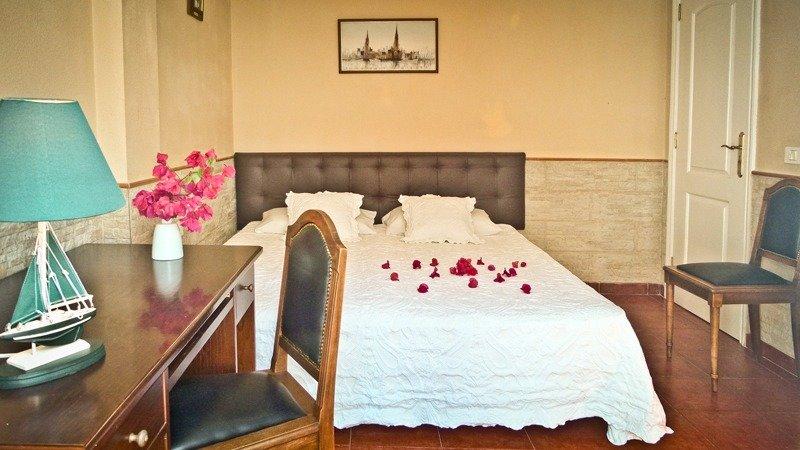 Nice bedroom with private bathroom and pool, aluguéis de temporada em Los Realejos