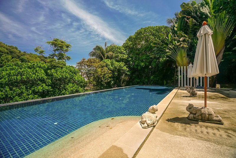 KH2604 - Mountain view apartment for 4 in Karon, 650 meters to beach, holiday rental in Ban Khok Chang
