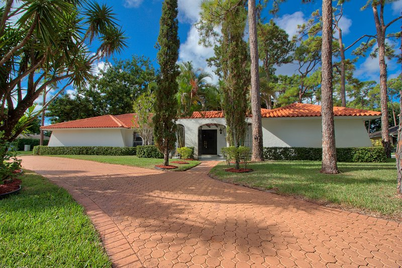 Tropical paradise in gated golf community - City of Atlantis - minutes to beaches