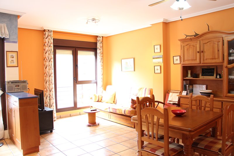 Coqueto apartamento con amplia terraza, aluguéis de temporada em Tudes