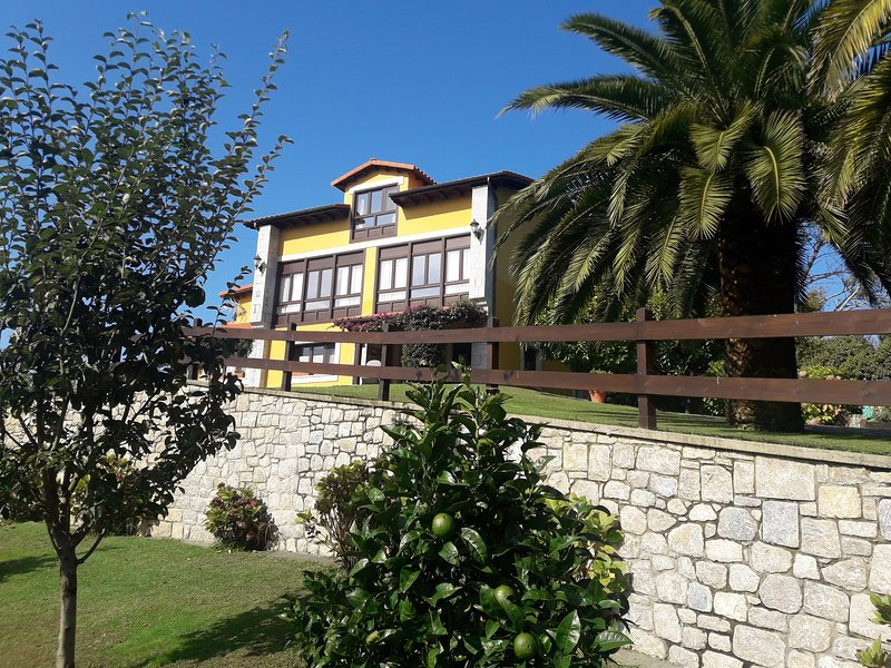 Farm of closed meadow and fruit trees of 2.400m2. Private parking.