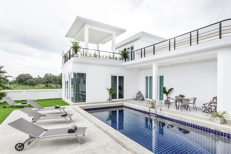 Luxury 5br Pool Villa +FREE Sport & SPA Center_td4, holiday rental in Na Chom Thian