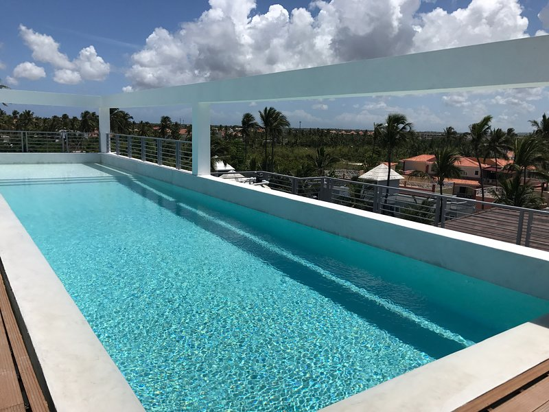 Deluxe Penthouse 6ppl Rooftop Pool WiFi Beach club #502, vacation rental in Bavaro