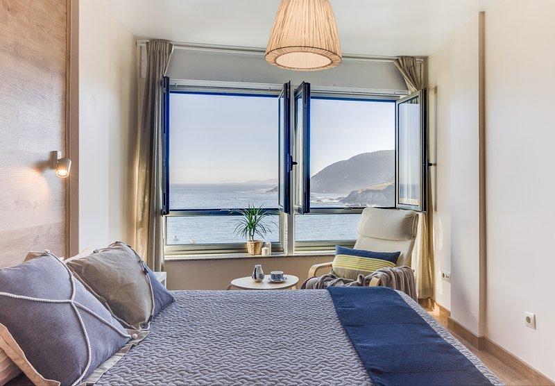 habitación principal con baño y vistas al mar