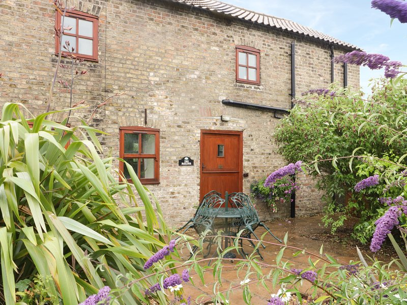 THE PARLOUR, barn conversion, exposed beams, WiFi, near Beverley, holiday rental in Brandesburton