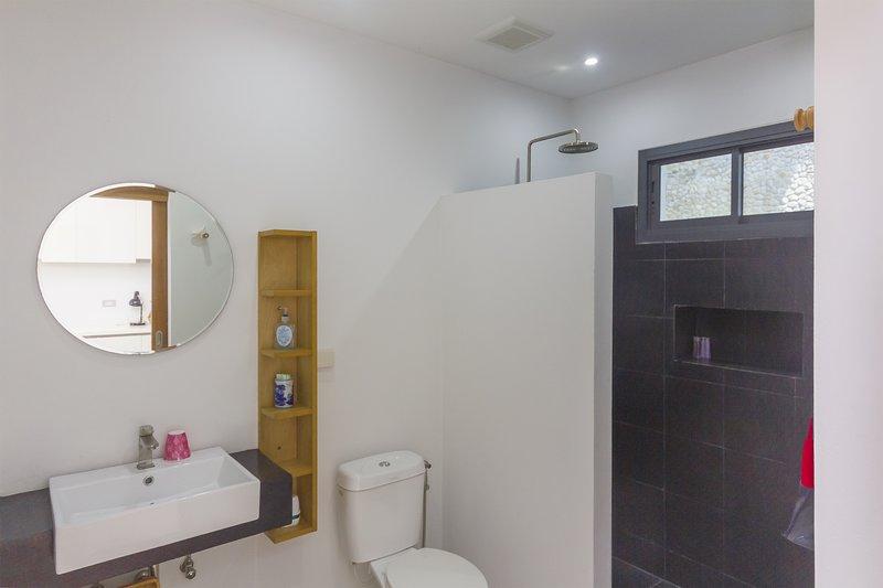 fully equipped bathroom, italian shower