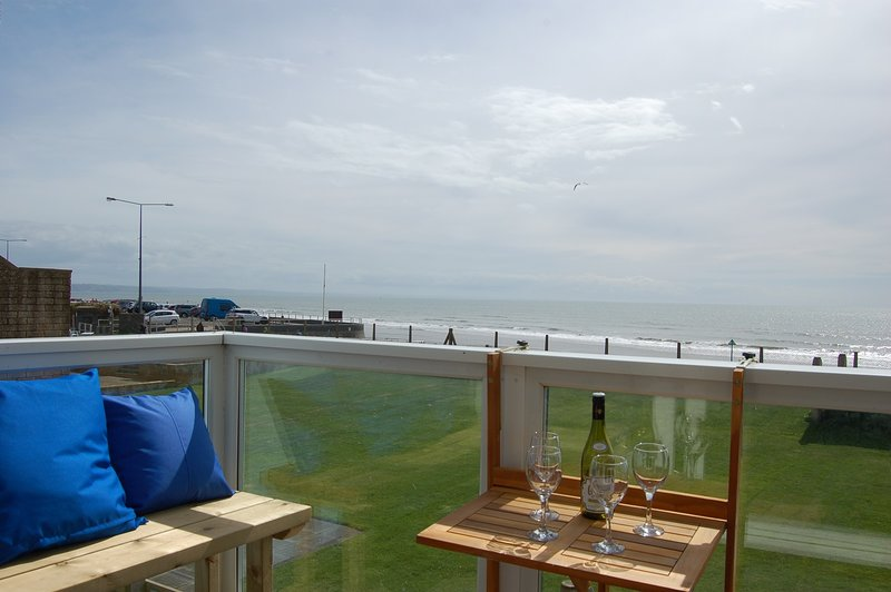Anns Beach Front House with hot tub, vacation rental in Tywyn