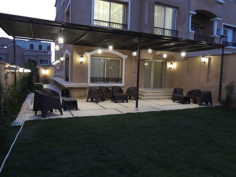 Sultan Luxurious Townhouse Near AUC & Point 90 Mall, location de vacances à Al Rehab