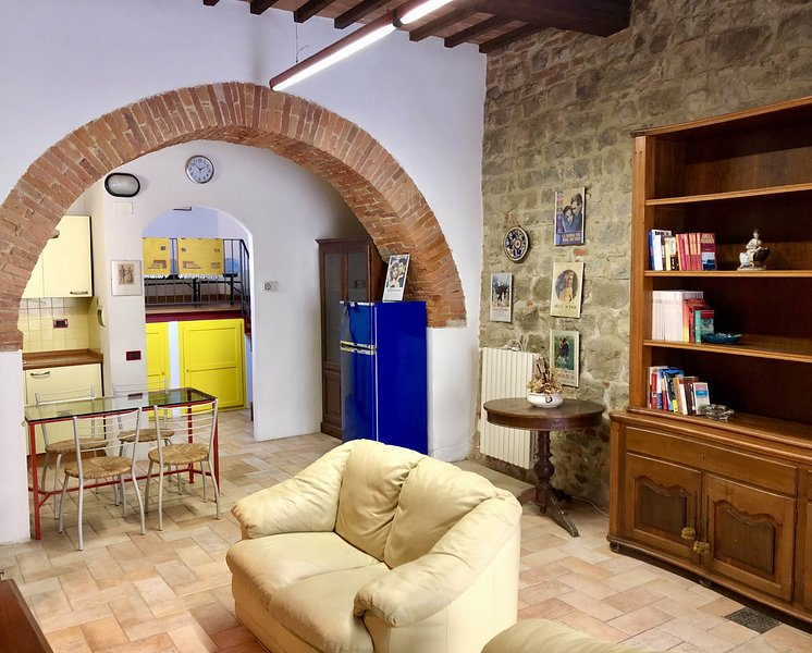 Lovely large studio lodging in Lucignano,Wi-Fi,amenities walking distance,resmi, alquiler de vacaciones en Lucignano