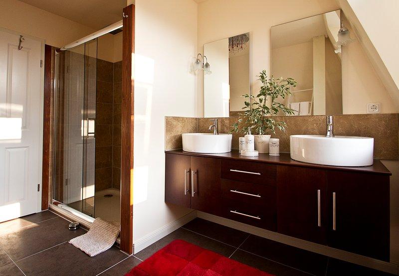XXL shower with double vanity