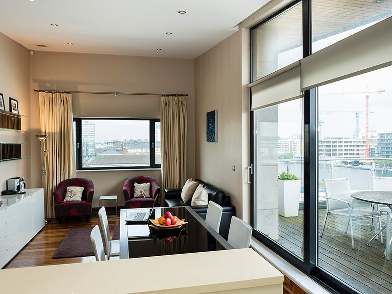 MODERN & LUXURIOUS 2BR-2BA APT IN SOUTH DOCK, holiday rental in Howth