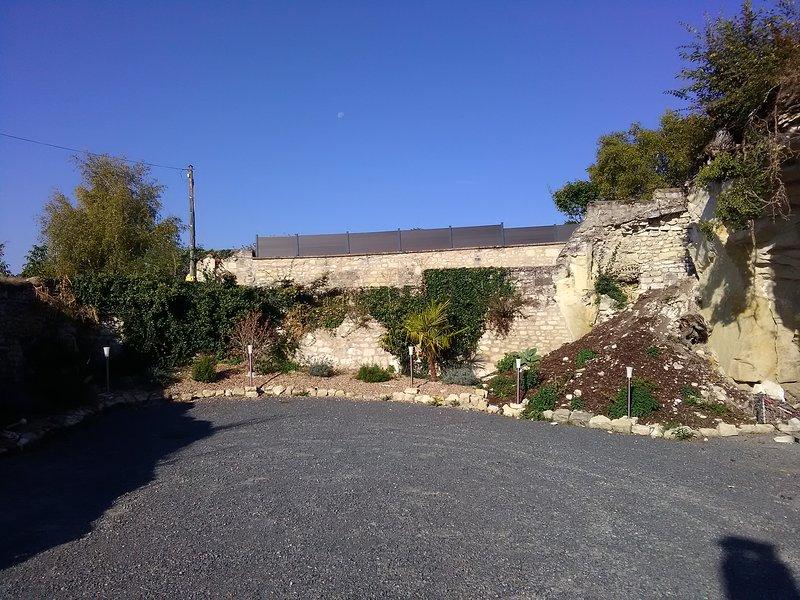 Gite et chambres d'hôtes troglodyte Futuroscope 'Chez Julie', holiday rental in Cenon-sur-Vienne